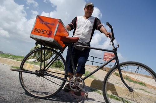 o vendedor de salguados na cidade de havana e sua bicicleta.